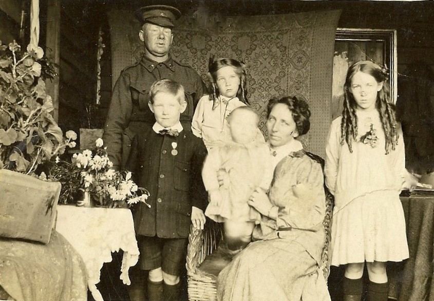 Howard family - George, James,Jessie, Robert, May Victoria & Florence - circa 1915 (2)